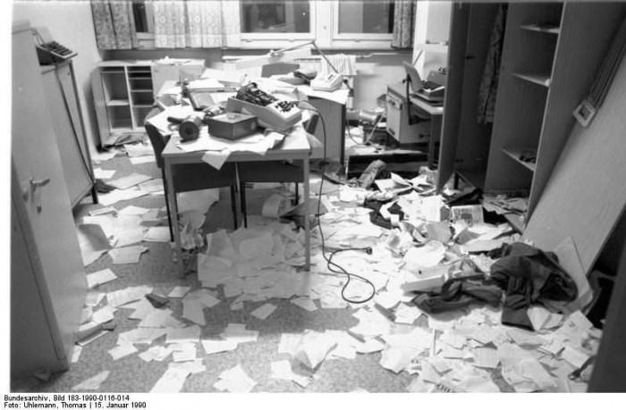 Berlin, Stasi-Zentrale gestürmt. Quelle: Bundesarchiv, Bild 183-1990-0116-014, Fotograf: Thomas Uhlemann