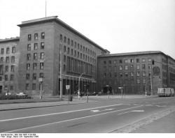 Berlin, Haus der Ministerien. Quelle: Bundesarchiv, Bild 183-1985-1120-308, Fotograf: Heinz Junge