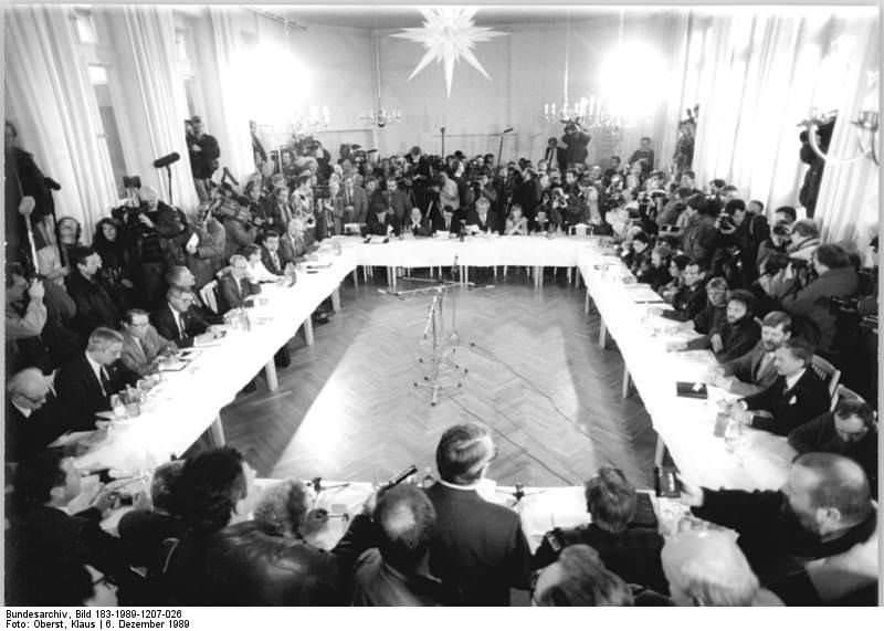 Berlin, Dietrich-Bonhoeffer-Haus, Runder Tisch. Quelle: Bundesarchiv, Bild 183-1989-1207-026, Fotograf: Klaus Oberst