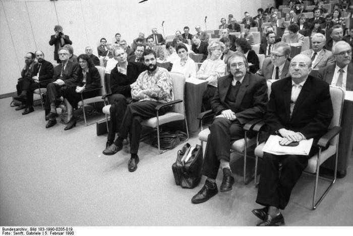 Berlin: 16. Volkskammer-Tagung. Quelle: Bundesarchiv, Bild 183-1990-0205-019, Fotograf: Gabriele Senft