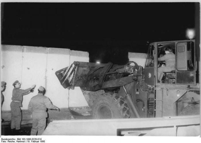 Berlin, Abriss der Mauer. Quelle: Bundesarchiv, Bild 183-1990-0220-014, Fotograf: Hartmut Reiche