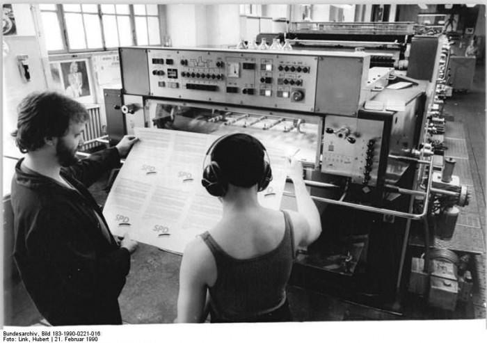 Berlin, Volkskammerwahl, Druck SPD-Wahlplakate. Quelle: Bundesarchiv, Bild 183-1990-0221-016, Fotograf: Hubert Link