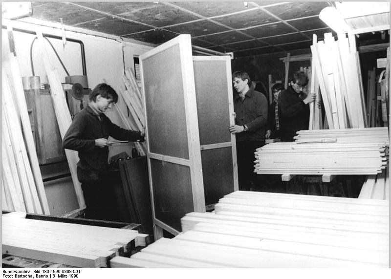 Neubrandenburg, Volkskammerwahl, Bau Wahlkabinen. Quelle: Bild 183-1990-0308-001, Fotograf: Benno Bartocha