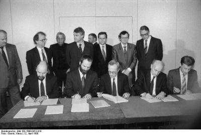 Berlin, Unterzeichnung Koalitionsvereinbarungen. Quelle: Bundesarchiv, Bild 183-1990-0412-019, Fotograf: Klaus Oberst