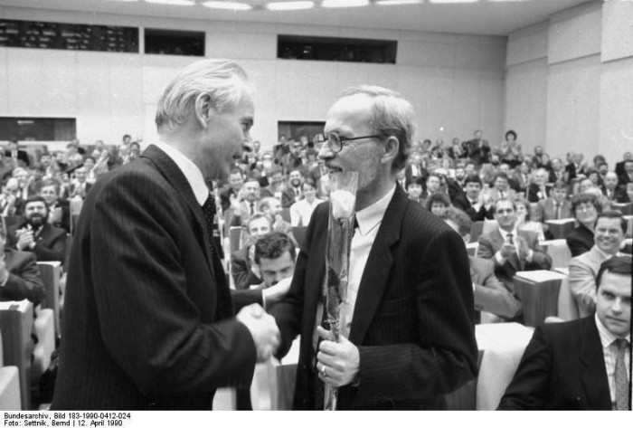 Berlin, Volkskammer, Hans Modrow, Lothar de Maiziere. Bundesarchiv, Bild 183-1990-0412-024, Fotograf: Bernd Settnik