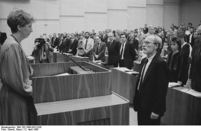 Berlin, Volkskammertagung, Vereidigung Lothar de Maizière. Quelle: Bundesarchiv, Bild 183-1990-0412-026, Fotograf: Klaus Oberst