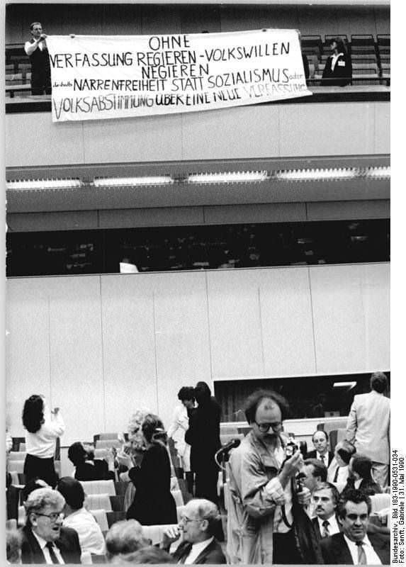 Berlin, Protestplakat in der Volkskammer. Quelle: Bundesarchiv, Bild 183-1990-0419-418, Fotograf: Karl-Heinz Schindler (Ausschnitt)