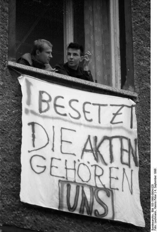 Berlin, Stasi-Zentrale, Besetzung. Quelle: Bundesarchiv, Bild 183-1990-0904-020, Fotograf: Hans-Peter Lochmann
