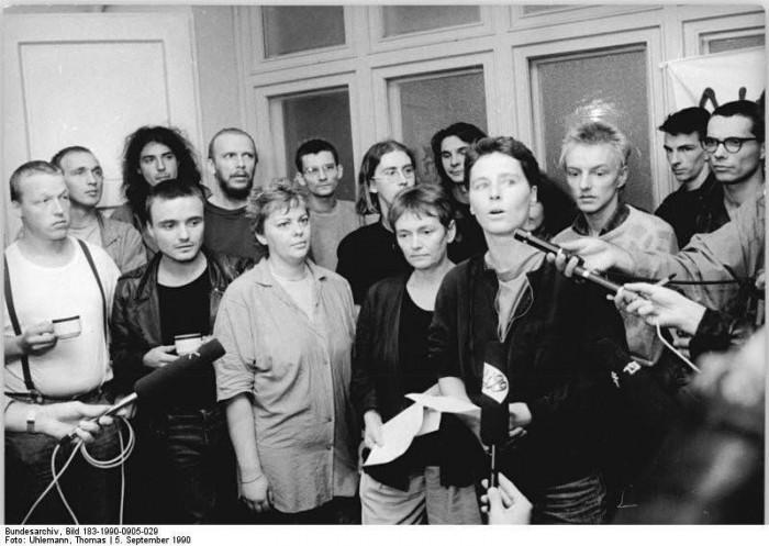 Berlin, Besetzer der Stasi-Zentrale Normannenstrasse. Quelle: Bundesarchiv, Bild 183-1990-0905-029, Fotograf: Thomas Uhlemann
