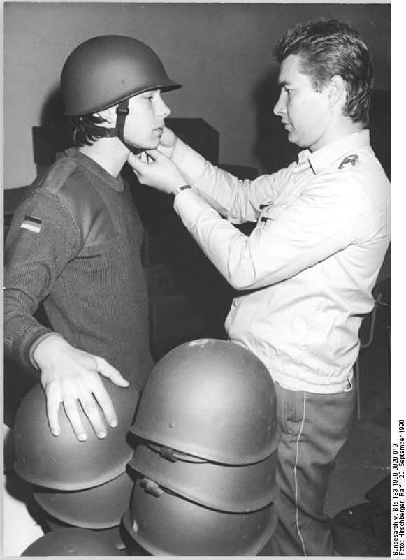Bad Salzungen, Bundeswehrhelme für NVA-Soldaten. Quelle: Bundesarchiv, Bild 183-1990-0920-019, Fotograf: Ralf Hirschberger