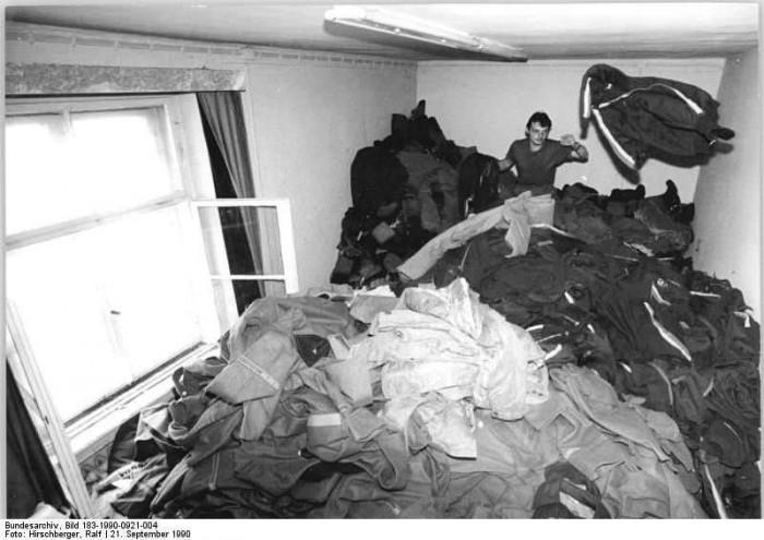 Eisenach, Kleiderkammer einer Grenzdienststelle. Quelle: Bundesarchiv, Bild 183-1990-0921-004, Fotograf: Ralf Hirschberger