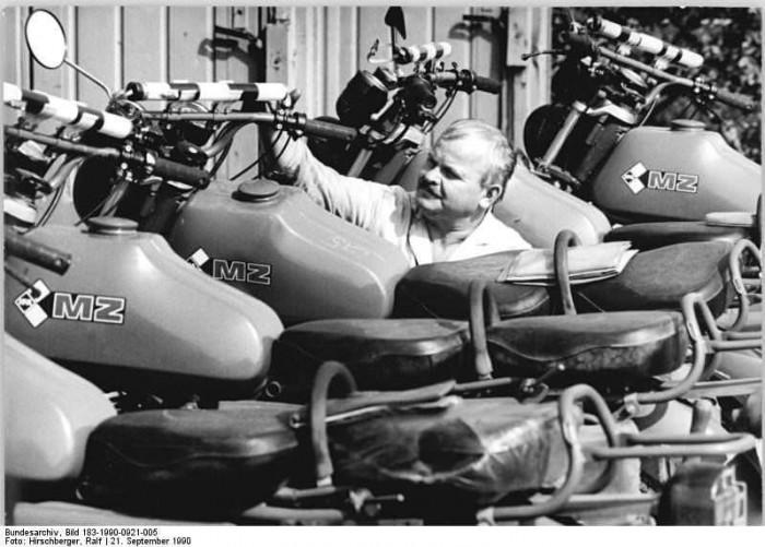 Grenztruppe, Motorräder, Vorbereitung zum Verkauf. Quelle: Bundesarchiv, Bild 183-1990-0921-005, Fotograf: Ralf Hirschberger