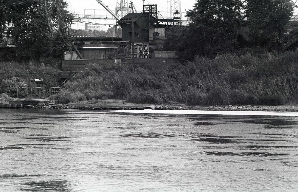 Ungeklärte Einleitung von Industrieabwasser in die Elbe. Quelle: Bundesstiftung Aufarbeitung, Fotobestand Klaus Mehner, 88_0821_UMW-Wasser_04
