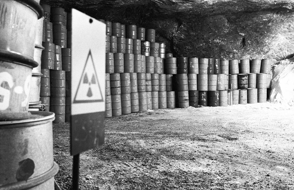 Fässer mit radioaktivem Abfall im Salzstock. Quelle: Bundesstiftung Aufarbeitung, Fotobestand Klaus Mehner, 90_0814_WIF_Atom_04