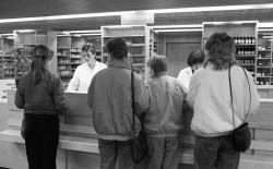 Apotheke einer Poliklinik in Rostock. Quelle: Bundesstiftung Aufarbeitung, Klaus Mehner, Bild 89_0424_GES_PoliKlinik_02