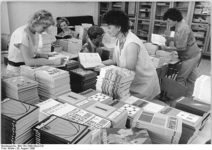 Lehrerinnen der 11. Oberschule Frankfurt-Oder beim Auspacken und Sortieren von Schulbüchern 1988. Quelle: Bundesarchiv, Bild 183-1988-0822-018, Fotograf: Müller