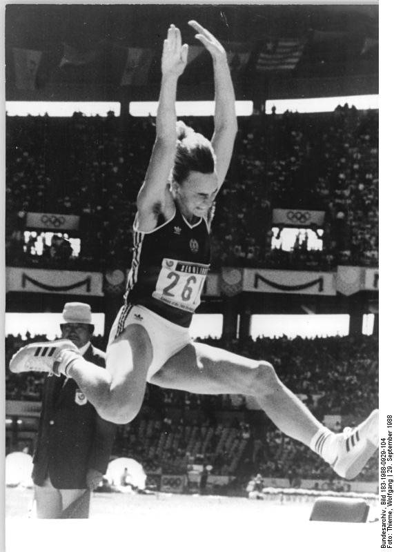 Der DDR-Leichtathletin Heike Drechsler werden zwischen 1982 und 1984 Dopingmittel verabreicht. Eine wissentliche Einnahme leistungssteigender Substanzen bestreitet sie.