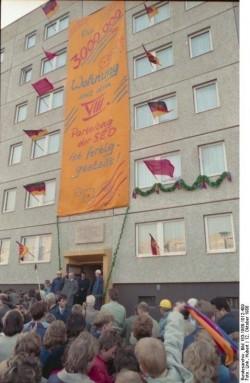 Die Feier zur Übergabe der vermeintlich dreimillionsten neugebauten Wohnung am 12. Oktober 1988 in Berlin-Hohenschönhausen. Tatsächlich stellt sich nach Öffnung der DDR-Archive heraus, dass zu diesem Zeitpunkt zwei Millionen Wohnungen fertiggestellt sind und eine Million lediglich modernisiert wurden.