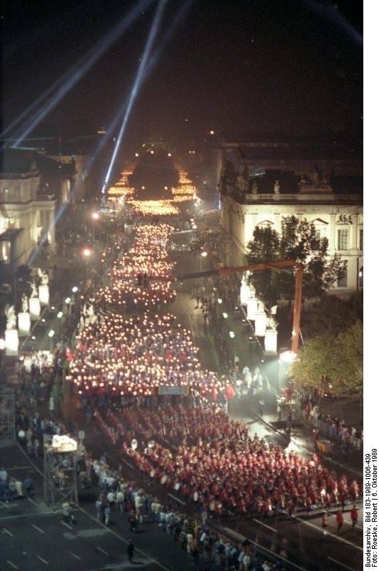 Mit einem Fackelzug zwischen Brandenburger Tor und Marx-Engels-Platz feiert die FDJ am 6. Oktober 1989 den 40. Jahrestag der DDR.