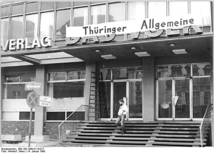 """Die ehemalige SED-Bezirkszeitung """"Das Volk"""" erscheint ab dem 16. Januar 1990 als unabhängige Tageszeitung unter dem Namen """"Thüringer Allgemeine""""."""