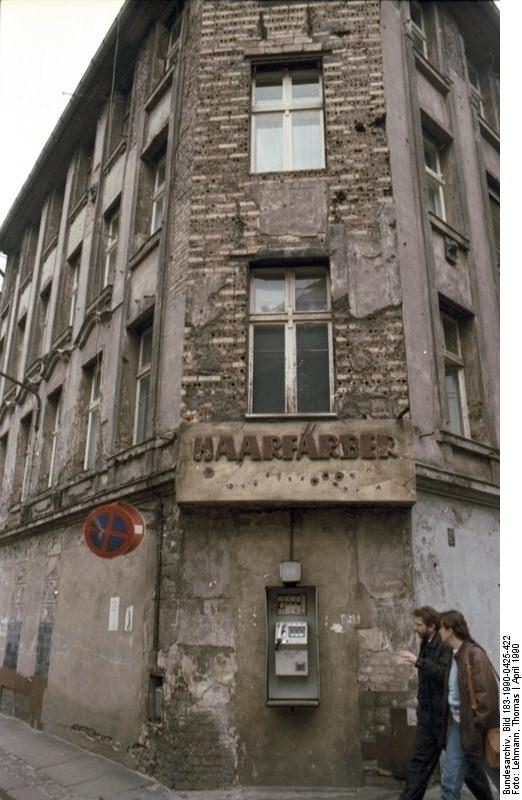 Baufälliges Haus im Ost-Berliner Scheunenviertel, April 1990.