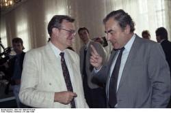 Gespräch zwischen Gerhard Pohl (l.) und dem Vorsitzenden des Sachverständigenrates zur Einführung der Sozialen Marktwirtschaft in der DDR , Elmar Pieroth, am 16. Mai 1990.