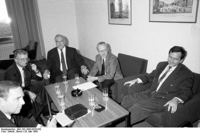Berlin, Gespräch zum Staatsvertrag / Bild 183-1990-0528-032. Quelle: Bundesarchiv, Bild 183-1990-0528-032, Fotograf: Bernd Settnik
