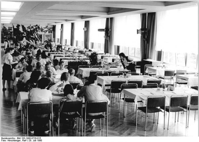 "Leere Plätz im Speisesaal des ""Berghotel Thüringen"" in Friedrichroda, dem ehemaligen FDGB-Ferienheim ""August Bebel"", im Juli 1990."