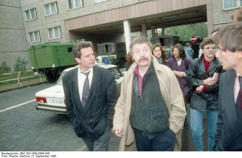 Wolf Biermann (r.) und Joachim Gauck (l.) Quelle: Bundesarchiv, Bild 183-1990-0906-405, Fotograf: Hartmut Reiche