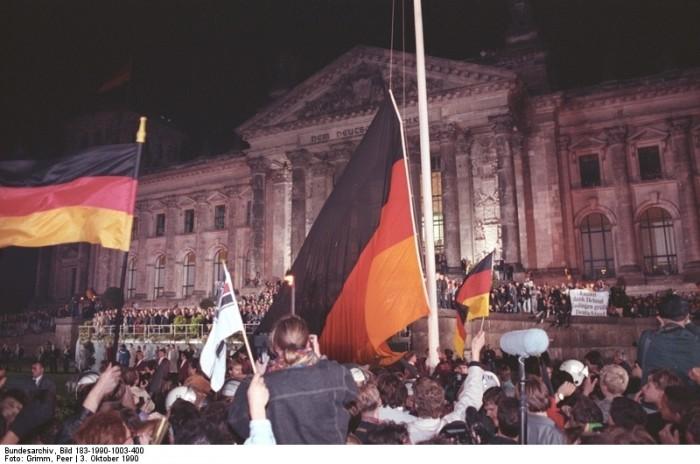 Berlin, deutsche Vereinigung, vor dem Reichstag. Quelle: Bundesarchiv, Bild 183-1990-1003-400, Fotograf: Peter Grimm