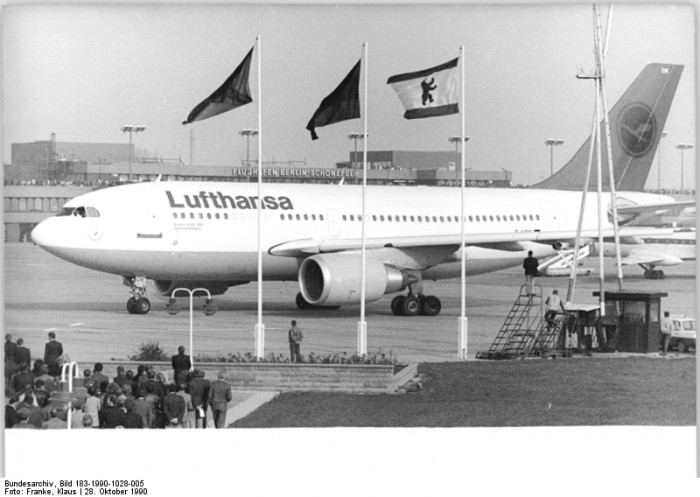 Mit einem Airbus A 310-300 nimmt die Deutsche Lufthansa am 28. Oktober 1990 nach 45jähriger Zwangspause den Liniendienst von und nach Berlin wieder auf.
