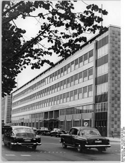 Berlin, Unter den Linden, Aussenhandelsministerium. Quelle: Bundesarchiv, Bild 183-D0726-0010-001, Fotograf: Joachim Spremberg