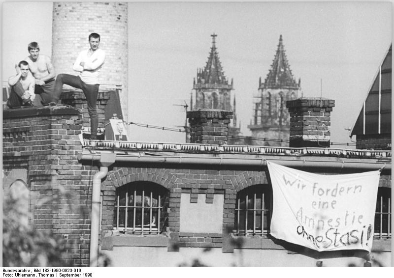 Magdeburg, Protest in Haftanstalt, Transparent. Bild 183-1990-0923-016, Fotograf: Thomas Uhlemann