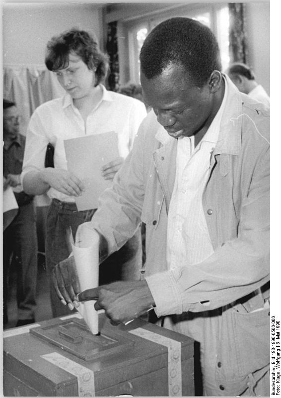 Stimmenabgabe bei den Kommunalwahlen. Quelle: Bundesarchiv, Bild 183-1990-0506-006, Fotograf: Wolfgang Kluge