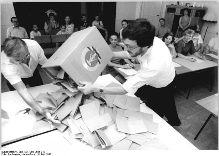Berlin, Kommunalwahl, Stimmauszählung. Quelle: Bundesarchiv, Bild 183-1990-0506-018, Fotograf: Hanns-Peter Lochmann