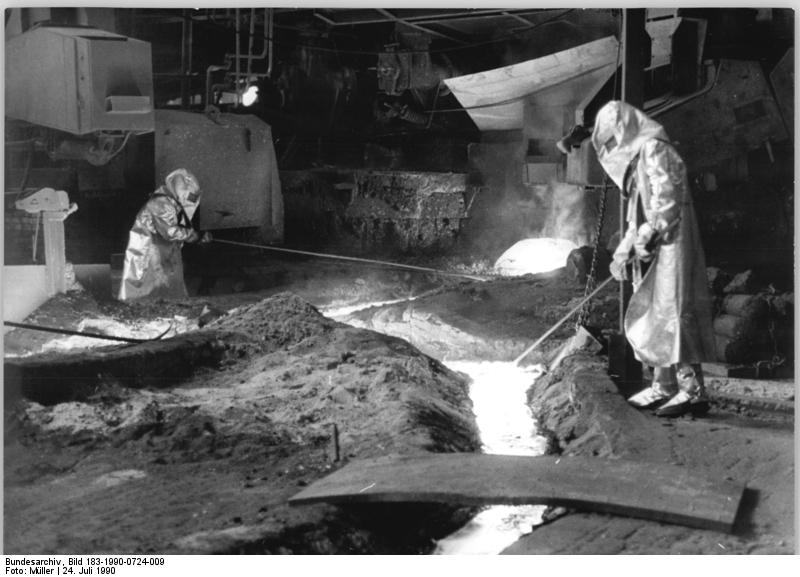 Eisenhüttenkombinat, Arbeiter beim Abstich. Quelle: Bundesarchiv, Bild 183-1990-0724-009, Fotograf: Müller
