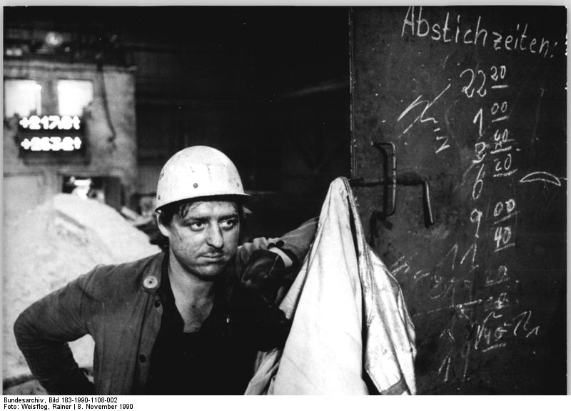 Eisenhüttenkombinat, Schmelzer. Quelle: Bundesarchiv, Bild 183-1990-1108-002, Fotograf: Rainer Weisflog
