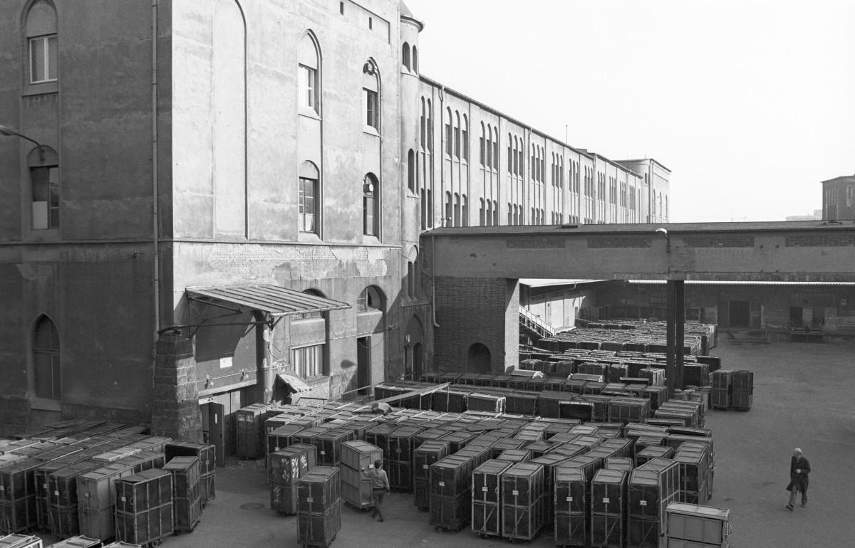 Postkontrolle des MfS. Quelle: Archiv Bundesstiftung Aufarbeitung, Fotobestand Klaus Mehner, Bild 90_0207_POL_MfS_PRaub_01