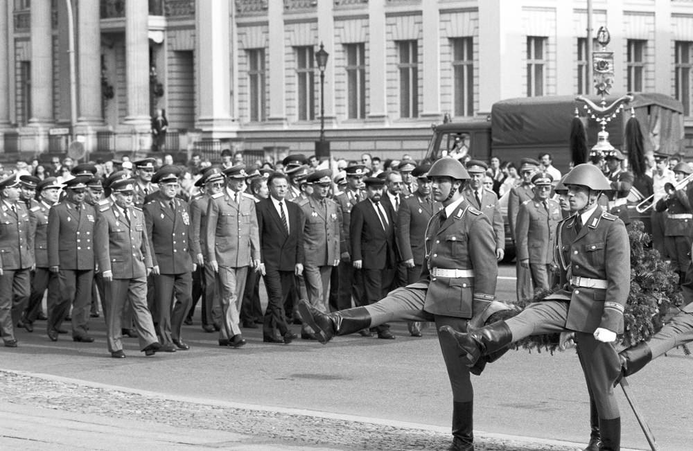 Militärbündnis des Ostblocks vor Auflösung. Quelle: Archiv Bundesstiftung Aufarbeitung, Fotobestand Klaus Mehner, Bild 90_0613_POL_WP_Bln_07