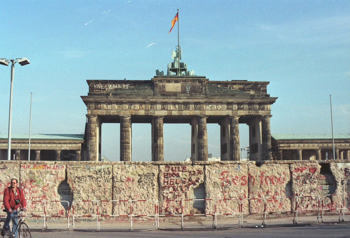 Von Mauerspechten durchlöchert: die Mauer am Brandenburger Tor.Quelle: Archiv Bundesstiftung Aufarbeitung, Fotobestand Rosemarie Gentges, Bild 238