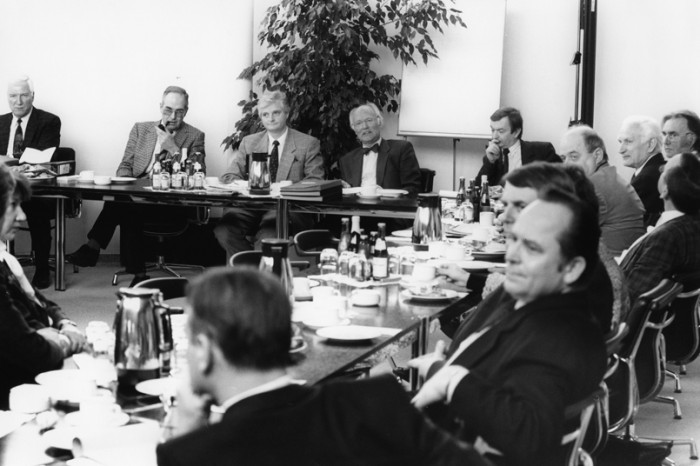 Beratung der gemeinsamen Kommission Gesundheits-/Sozialwesen für Sachsen und Baden-Württemberg im Februar 1990 in Stuttgart. Jürgen Kleditzsch nimmt an der Beratung in seiner Funktion als Bezirksarzt von Dresden teil. Daneben sitzt der Präsident der Landesärztekammer Prof. Dr. Große-Ruyken (rechts) und Prof. Dr. Kolkmann (links). Quelle: Privatarchiv Jürgen Kleditzsch / Fotograf: Jörg-Peter Maucher