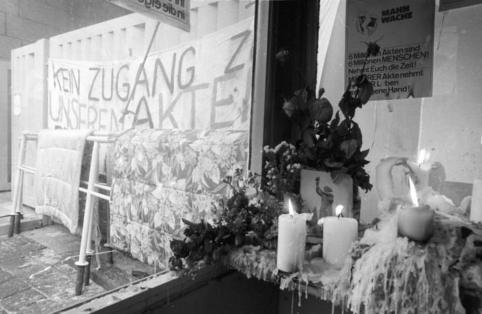 Mahnwache 1990 / RHG_Fo_AnKae_4311. Quelle: Robert-Havemann-Gesellschaft/Andreas Kämper