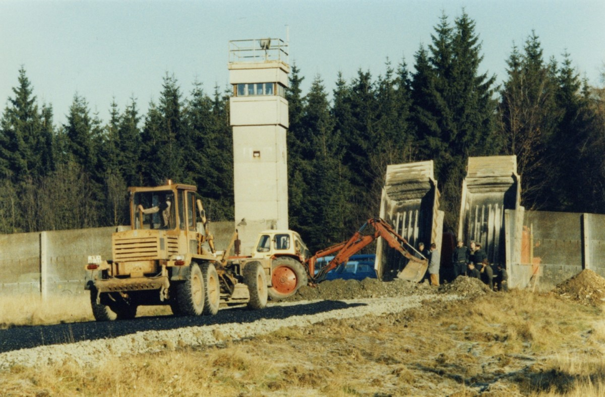 Vorbereitungen zur offiziellen Öffnung des Grenzübergangs zwischen Nordhalben im bayerischen Landkreis Kronach und Bad Lobenstein im thüringischen Saale-Orla-Kreis am 18. November 1989.
