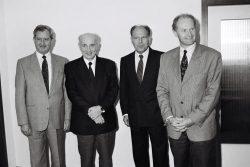 Hans-Wilhelm Ebeling (2.v.l.), Minister für wirtschaftliche Zusammenarbeit der DDR, wird am 15. Mai 1990 zu einem Gespräch mit Jürgen Warnke (2.v.r.), Bundesminister für wirtschaftliche Zusammenarbeit, in Bonn empfangen. Quelle: Bundesregierung / Stutterheim