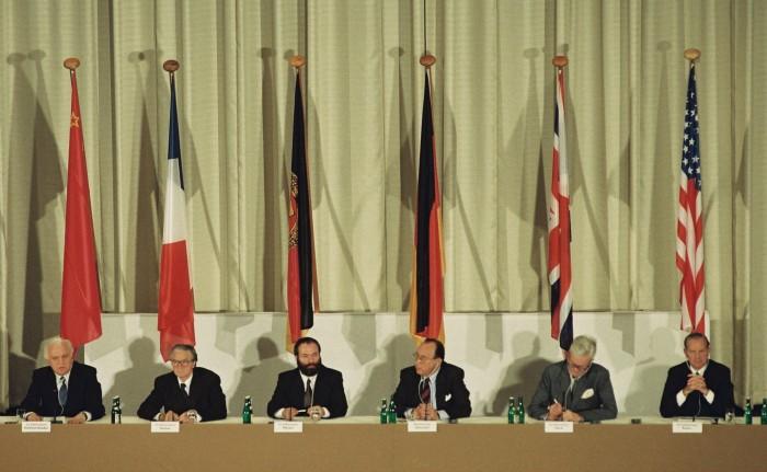 """1. Runde der """"2 + 4-Gespräche"""" in Bonn 1990. Quelle: Bundesregierung / Schambeck"""