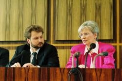 Gerda Hasselfeldt, Bundesministerin für Raumordnung, Bauwesen und Städtebau (r.), und Axel Viehweger, Minister für Bauwesen, Städtebau und Wohnungswirtschaft der DDR (l.), am 10. Mai 1990 während einer gemeinsamen Pressekonferenz im Saal der Bundespressekonferenz in Bonn.
