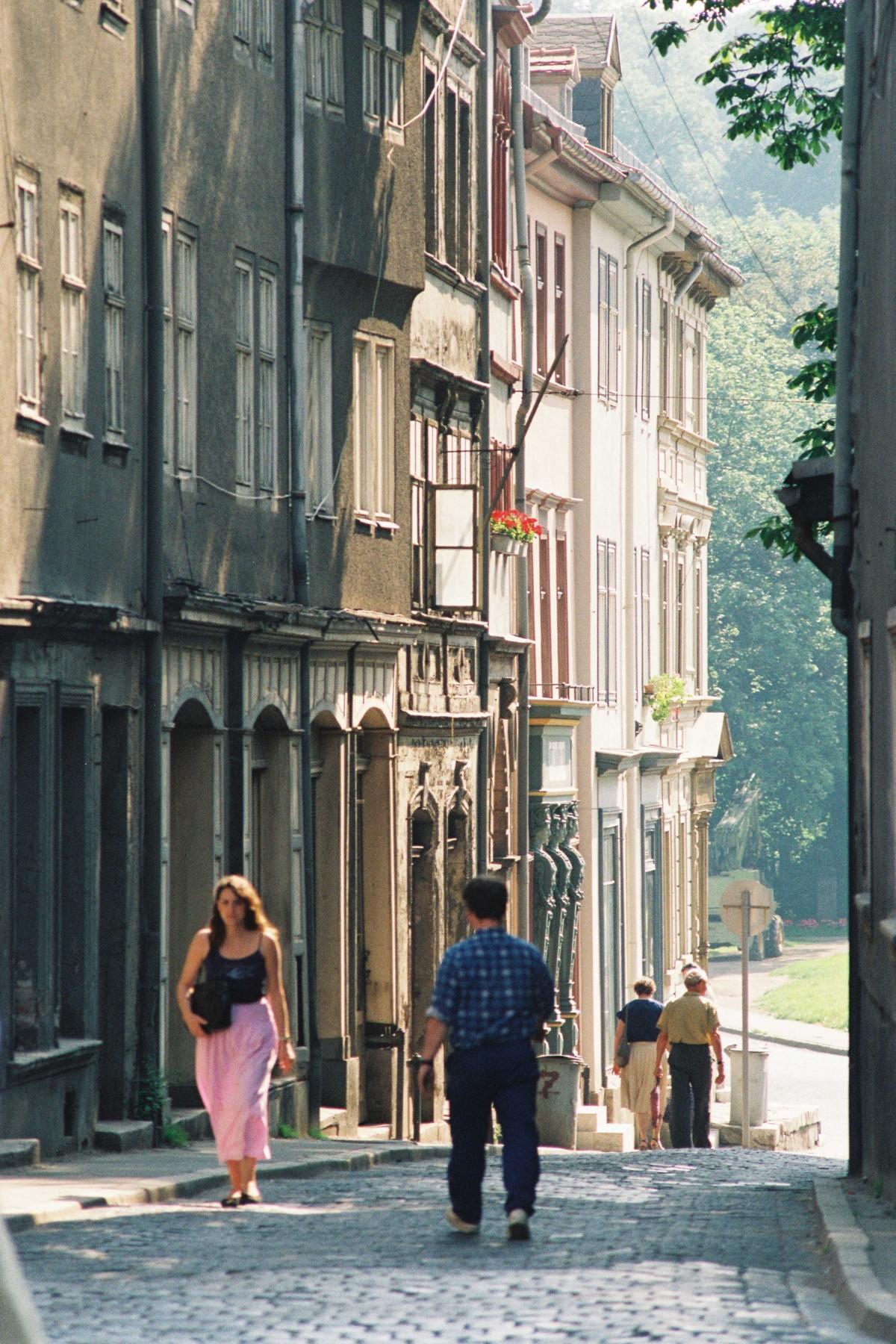 Blick in die Schloßgasse in Weimar im Juni 1990.
