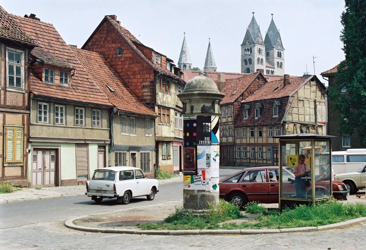 Innenstadt von Halberstadt mit Blick auf den Dom, Juni 1990.