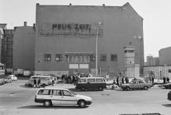 """Gelände des Checkpoint Charlie in Berlin-Mitte mit Werbung für die ehemalige CDU-Zeitung """"Neue Zeit"""" im April 1992"""