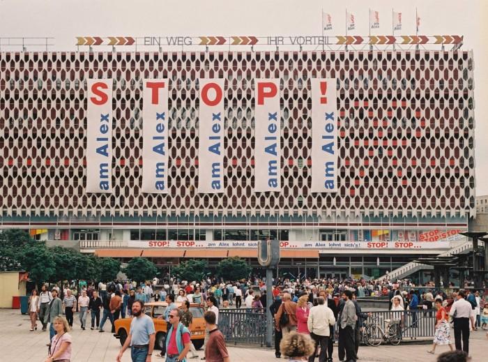 Werbung am Centrum-Warenhaus am Alexanderplatz am 1. Juli 1990, dem Tag der Währungsunion.